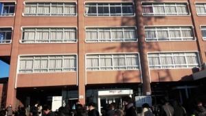 校舎前。受験番号が後の方の人は、右手の多目的ホールなどでの受験となる。